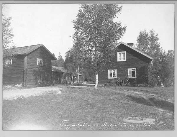 En gård som förvärvats av föreningen. På fastigheten anlades flera stora byggnader för barnkoloniverkamhet. Ovan arrendatorns bostad.