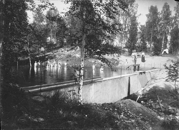 Gossarna badar i dammen.