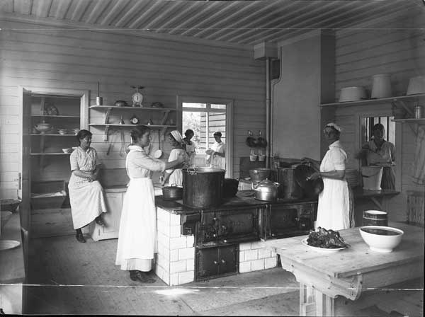 Personal i köket. Arbetet på kolonierna var ofta ideellt och oavlönat.